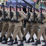 Wojskowa musztra paradna z nowymi karabinkami MSBS