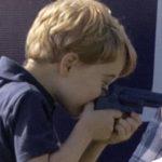 Brytyjski książę George bawi się rewolwerem – lewackie oszołomy piszą, że tak nie powinny bawić się dzieci
