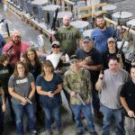 Pistolet pod choinkę: firma z Wisconsin kupuje broń każdemu ze swoich pracowników