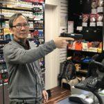 Z cyklu broń ratuje życie: właściciel sklepu obronił się bronią palną przed uzbrojonym w nóż napastnikiem