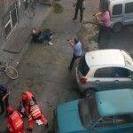 Policyjna akcja powstrzymania nożownika z użyciem MOP-a, czyli narzędzia do mycia podłogi.