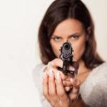 Z cyklu broń ratuje życie: 17 letnia dziewczyna z pistoletem ojca przepędziła z domu włamywacza. W Polsce ta historia miałaby finał tragiczny.