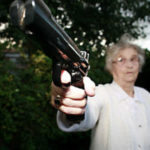 Z cyklu broń ratuje życie: 70-cio letnia kobieta obroniła się przed włamywaczem przy pomocy broni po matce