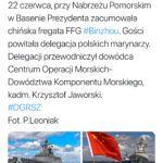 Marynarka Wojenna RP wita komunistyczny okręt, a polski admirał szczerzy zęby do zdjęcia ze świecidełkiem z czerwoną gwiazdą