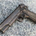 Symbole miasta Radomia m.in. pistolet Vis pojawiły się w centrum miasta – skandaliczna rzeźba VIS-a bez polskiego orła!