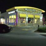 Z cyklu broń ratuje życie: klient McDonald's strzela do przestępcy celującego bronią w pracownika restauracji