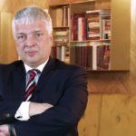 Projekt Konstytucji RP, autorstwa Roberta Gwiazdowskiego, przewiduje prawo każdego do posiadania broni w domu lub mieszkaniu