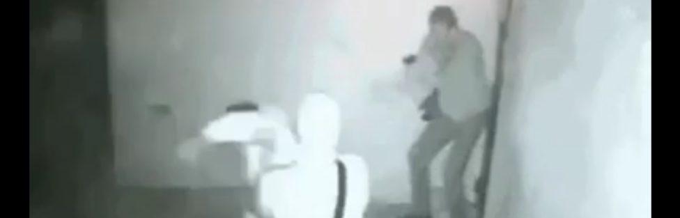 Z cyklu  broń ratuje życie: trzech bandziorów atakujących człowieka przegrywa, bo ofiara miała broń palną