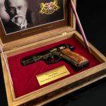 Premier Czech Babiš dał Trumpowi wyjątkowo cenny pistolet