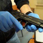 Przestępcy posiadają nielegalną broń – przykład z Warszawy – władza/rząd ich uprzywilejowuje surowymi przepisami dla przestrzegających prawa obywateli