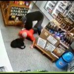 Z cyklu broń ratuje życie: uzbrojony przestępca wtargnął do sklepu ale… sprzedawczyni miała broń – resztę widać na filmie