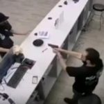 Z  cyklu broń ratuje życie: sprzedawca w sklepie obronił się przed uzbrojonym w nóż napastnikiem, bo miał broń palną
