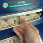 Z  cyklu broń ratuje życie: mężczyzna odbierał pieniądze z bankomatu i został napadnięty, był przygotowany, miał broń