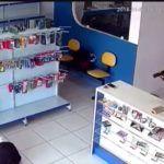 Z cyklu broń ratuje życie: Brazylia – sprzedawca w sklepie obronił się przed uzbrojonym napastnikiem, trwało to 3 sekundy