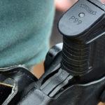 Awanturnik zabrał policjantowi broń i chciał strzelać innemu policjantowi w głowę