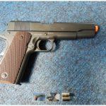 W paczce z USA zamiast cukierków (na zdjęciu zabawkowa) broń palna