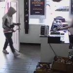 Z cyklu broń ratuje życie: pracownik sklepu z telefonami bronią bronił się przed uzbrojonym napastnikiem