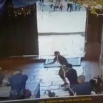 Z cyklu broń ratuje życie: izraelscy policjanci, używając broni palnej, obronili się przed Palestyńczykami atakującymi ich nożami