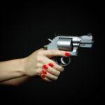 Z cyklu broń ratuje życie: kobieta z bronią w ręku miała możliwość wyproszenia z domu intruza, który grzecznie pani posłuchał