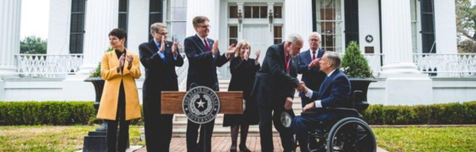 Gubernator Teksasu odznaczył Medalem za Odwagę Jack'a Wilsona – bohatera, który zastrzelił mordercę atakującego podczas nabożeństwa
