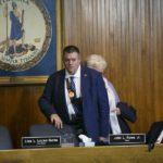 """Radny miasta Portsmouth (Virginia) przyniósł AR-15 na głosowanie w sprawie uznaniem miasta jako """"świątyni prawa do broni"""""""