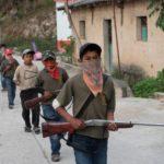 Mieszkańcy meksykańskiej prowincji Guerrero szkolą młodych chłopców do obrony domów przed kartelami narkotykowymi