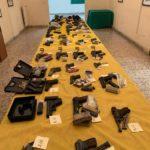 Włoska Gwardia Finansowa wykopała z ziemi broń – przestępcy na Sycylii za płyto zakopali