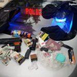 Narkotyki i nielegalna broń, nie ma nic zaskakującego w tym zestawie