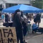 """W Seattle strefę okupowaną lewackich i anarchistycznych rebeliantów terroryzują uzbrojeni """"strażnicy"""""""
