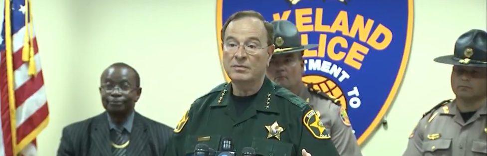 Gdy jest groźba grabieży szeryf hrabstwa Polk na Florydzie informuje kryminalistów: obywatele hrabstwa lubią i posiadają broń palną, ja sam ich zachęcam do uzbrajania się