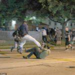 """Z cyklu broń ratuje życie: 17-letni Kyle Rittenhouse w Kenosha, w stanie Wisconsin używając karabinka obronił się przed agresywnym """"demonstrantami"""""""