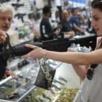 """Lewicowa senator twierdzi, że kobiety """"mają już dość tej całej broni"""", a kobiety w USA kupują mnóstwo pistoletów i karabinów"""