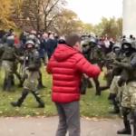 """W Mińsku milicja oddała ostrzegawcze strzały w celu """"powstrzymania łamania prawa"""""""
