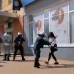 Policja oświadcza, że zakazane przez prawo dźganie policyjną pałką w brzuch kobiety to działanie bez uchybień