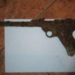 Dwaj chłopcy podczas zabawy znaleźli pistolet z czasów II wojny światowej