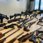 Mieszkańcy Hagi oddają policji broń, czy przypadkiem nie zrzekają się naturalnego prawa?