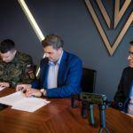 """Radomski """"Łucznik"""" przekazał karabinki Grot Jednostce Strzeleckiej 4051 z Włocławka"""